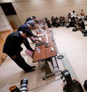 Arkivbild: Tokyobörsens ledningsgrupp bugar inför en presskonferens om det tekniska haveriet som stoppade börshandeln hela dagen den 1 oktober.  Eugene Hoshiko / TT NYHETSBYRÅN