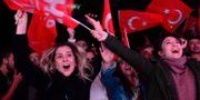 Supporters till CHP firar valresultatet. STRINGER / TT NYHETSBYRÅN