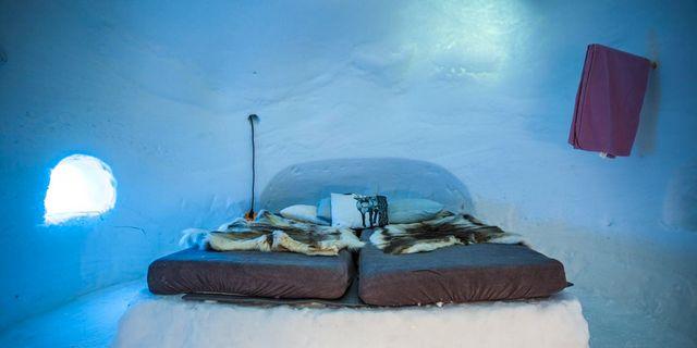 Sängen, som är gjord av snö, bäddas först med isolerande frigolit, sedan en madrass och så renfällar ovanpå det. Igloo Åre