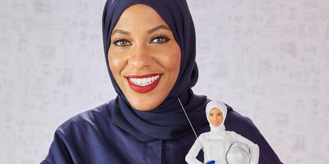 Ibtihaj Muhammad med dockan som föreställer henne själv Mattel