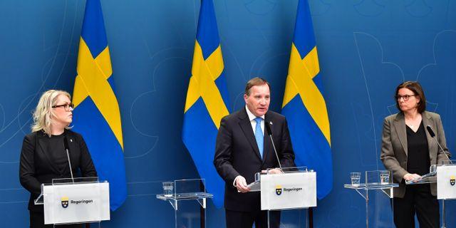 Socialminister Lena Hallengren, statsminister Stefan Löfven och vice statsminister Isabella Lövin. Jonas Ekströmer/TT / TT NYHETSBYRÅN