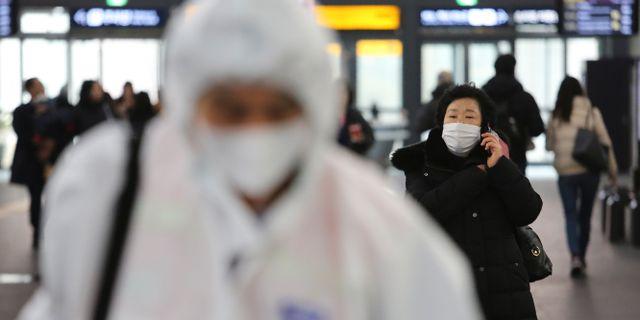 Maskklädda personer på Suseo-stationen i Seoul, 24 januari. Ahn Young-joon / TT NYHETSBYRÅN