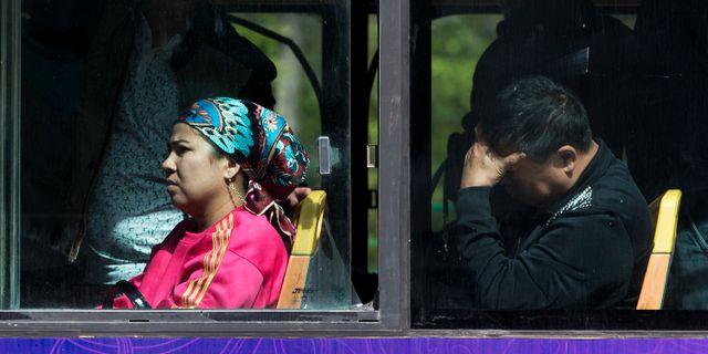 En uigurisk kvinna på en buss, arkivbild. Andy Wong / TT NYHETSBYRÅN