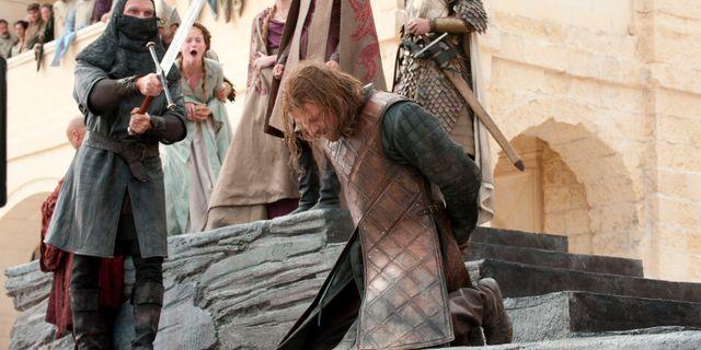 """Sean Bean som Ned Stark i """"Game of Thrones"""", ögomnblicket innan han möter sitt öde. TT NYHETSBYRÅN"""