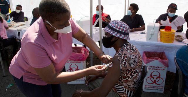 En man får vaccin i Soweto utanför Johannesburg i Sydafrika. Denis Farrell / TT NYHETSBYRÅN