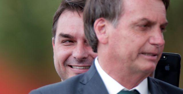 Brasilianske senatorn Flávio Bolsonaro står bakom sin far, president Jair Bolsonaro.  UESLEI MARCELINO / TT NYHETSBYRÅN