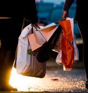 Illustrationsbild. Shoppare med kassar.  Nesvold, Jon Olav / TT NYHETSBYRÅN