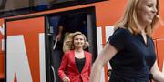 KD:s Ebba Busch Thor och C:s Annie Lööf på väg ut ur Alliansens kampanjbuss under valrörelsen 2018.  TT