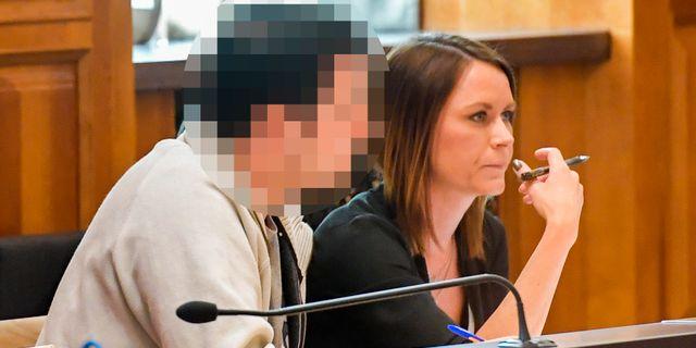 Häktningsförhandling i Stockholms tingsrätt mot den läkare som misstänks för sexuella övergrepp. Th mannens advokat. Jonas Ekströmer/TT / TT NYHETSBYRÅN
