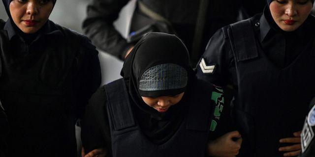 Kvinna som misstänks för inbladning i mordet på Kim Jong-Nam förs bort av malaysisk polis.  MANAN VATSYAYANA / AFP