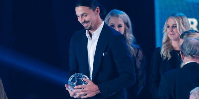 Zlatan tar emot pris för årets forward vid fotbollsgalan 2018 Christine Olsson/TT / TT NYHETSBYRÅN