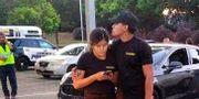 Ett par står på parkeringen vid festivalplatsen efter skjutningen. Thomas Mendoza / TT NYHETSBYRÅN/ NTB Scanpix