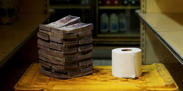 En toalettrulle kostade 2,6 miljoner bolivar. CARLOS GARCIA RAWLINS / TT NYHETSBYRÅN
