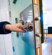 En häktesvakt öppnar dörren till en cell på häktet i Huddinge. Claudio Bresciani/TT / TT NYHETSBYRÅN