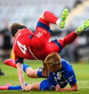 Djurgårdens Jacob Une Larsson och IFK Göteborgs Lucas Kåhed i duell. CARL SANDIN / BILDBYRÅN