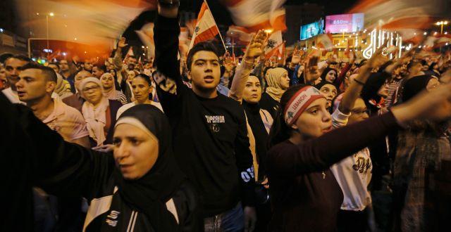 Demonstranter på Libanons gator. IBRAHIM CHALHOUB / AFP