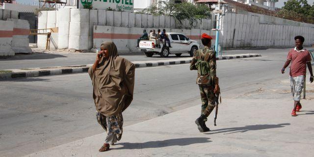 Bild från Somalias huvudstad Mogadishu efter en attack mot SYL Hotel av extremistgruppen al-Shabaab, 11 december 2019.   Farah Abdi Warsameh / TT NYHETSBYRÅN
