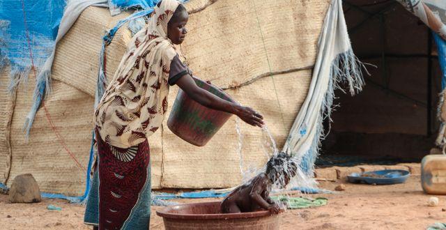 Kvinna och barn i Burkina Faso/Arkivbild.  Sam Mednick / TT NYHETSBYRÅN