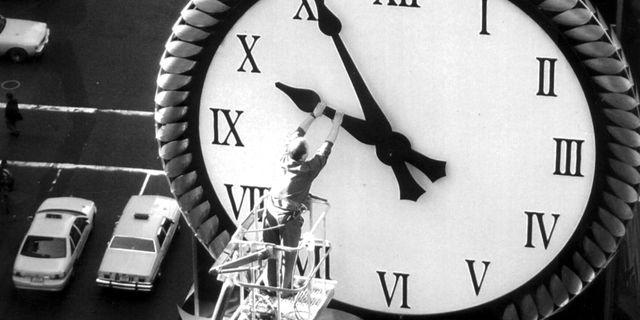 Hotellklockan på The Renaissance New York Hotel på New York Time Square backades tillbaka en timme 1995.  AP / TT / NTB Scanpix