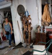 En kvinna ser över skadorna på sitt hem efter explosionerna i Beirut.  Hussein Malla / TT NYHETSBYRÅN