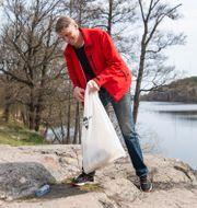 Per Bolund (MP) när han plockade skräp tidigare i veckan. Arkivbild.  Carl-Olof Zimmerman/TT / TT NYHETSBYRÅN