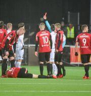 Häckens Alexander Faltsetas får rött kort efter en våldsam glidtackling med fötterna före mot Gustav Sandberg-Magnusson Stina Stjernkvist/TT / TT NYHETSBYRÅN