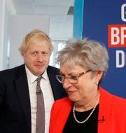 Boris Johnson och den tidigare Labourledamoten Gisela Stuart.  PETER NICHOLLS / TT NYHETSBYRÅN