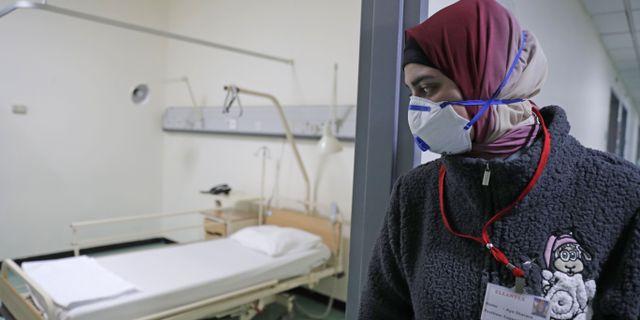 En sjukvårdare med andningsskydd i Libanon. ANWAR AMRO / TT NYHETSBYRÅN