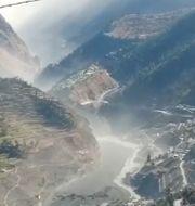 Massiv flod av vatten och lera sedan delar av Nanda Devi kollapsat.  TT NYHETSBYRÅN