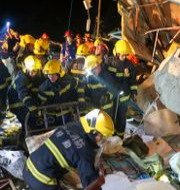Räddningspersonal i Wuhan söker igenom en byggnad som förstörts av tornadon.  Xiong Qi / TT NYHETSBYRÅN