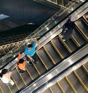Illustrationsbild: Kunder åker rulltrappa i ett shoppingcenter i Tokyo. Eugene Hoshiko / TT NYHETSBYRÅN