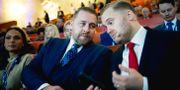 Avgående gruppledaren Mattias Karlsson (SD) och tillträdande riksdagsgruppledare Henrik Vinge (SD). Pavel Koubek/TT / TT NYHETSBYRÅN