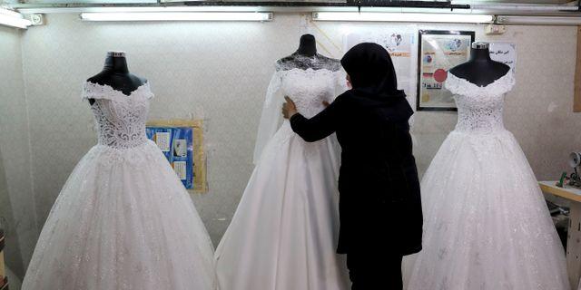 Illustrationsbild. Bröllopsklänningar i ett skyltfönster i Teheran. Ebrahim Noroozi / TT NYHETSBYRÅN