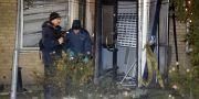 Polisens tekniker undersöker den sprängda entrén till fastighetsbolaget Victoria Park.  Stig-Åke Jönsson / TT / TT NYHETSBYRÅN