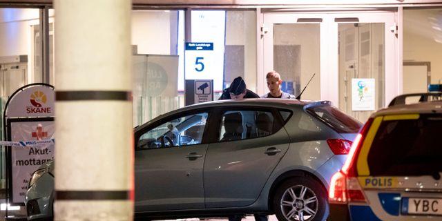Polisen undersöker en bil utanför akuten på Skånes Universitetssjukhus i Malmö efter att en man skjutits på Lindängsplan under torsdagskvällen. Johan Nilsson/TT / TT NYHETSBYRÅN