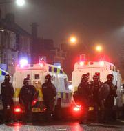 Poliser under oroligheterna i Belfast. Peter Morrison / TT NYHETSBYRÅN