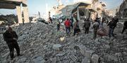 Räddningsarbetare söker igenom förstörda byggnader i byn Balyun. OMAR HAJ KADOUR / AFP