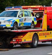 En skadad polisbil bärgas. HENRIK MONTGOMERY / TT / TT NYHETSBYRÅN