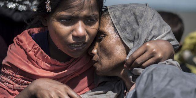 Arkivbild, en mor och hennes dotter under flykten från Myanmar 2017. FRED DUFOUR / AFP