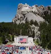 Människor framför Mount Rushmore, där presidenterna George Washington, Thomas Jefferson, Theodore Roosevelt ochAbraham Lincoln är avbildade i granit. Chris Huber / TT NYHETSBYRÅN