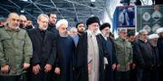 Ayatolla Ali Khamenei och Irans president Hassan Rouhani i bön under Soleimanis begravning. Handout . / TT NYHETSBYRÅN