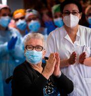Vaccineringsstart på ett äldreboende i Barcelona i söndags. Emilio Morenatti / TT NYHETSBYRÅN