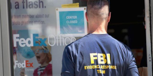 En utredare från FBI utanför Fedex terminal söder om Austin.   SCOTT OLSON / GETTY IMAGES NORTH AMERICA