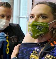En kvinna vaccineras med Modernas vaccin.  Ted S. Warren / TT NYHETSBYRÅN