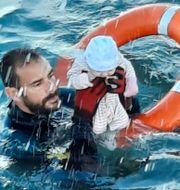 Juan Francisco Valle räddar det lilla barnet.  TT NYHETSBYRÅN
