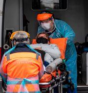 En patient i Chile lastas in i en ambulans. MARTIN BERNETTI / TT NYHETSBYRÅN