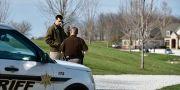 Sheriffen talar med en man i jakten på skytten på söndagen. Fred Zwicky / TT NYHETSBYRÅN