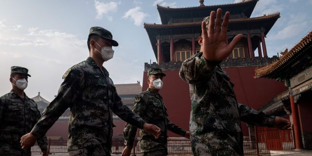 Folkets befrielsearmé vid ingången till Förbjudna staden i Peking. NICOLAS ASFOURI / TT NYHETSBYRÅN