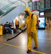 Desinficering på tågstation i Moskva.  Alexander Zemlianichenko Jr / TT NYHETSBYRÅN