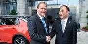 Stefan Löfven (S) och Geelys ordförande Li Shufu under statsministerns besök hos den kinesiska fordonstillverkaren sommaren 2017.  Maja Suslin/TT / TT NYHETSBYRÅN